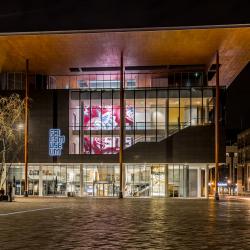 Fries museum  bij avond .