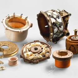 Honderden onderdelen worden met de hand nagemaakt van materialen als hout, keramiek en koper. Met zijn ambachtelijke sculpturen snijdt de kunstenaar globale thema's aan als de verdeling van welvaart en de verschillen tussen het westen en de rest van de wereld.