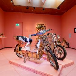 De motor wordt gemaakt van uiteenlopende materialen; van Marokkaans houtwerk tot Hindelooper schilderwerk en van Indonesisch snijwerk tot Zweeds glaswerk. In de tentoonstelling is de voortgang van dit project te volgen.