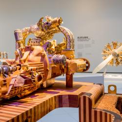 Blikvanger van de tentoonstelling is een replica van het motorblok uit een Caterpillar D9 bulldozer.